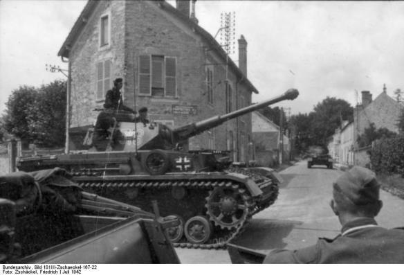 Frankreich, Panzer bei Fahrt durch eine Ortschaft