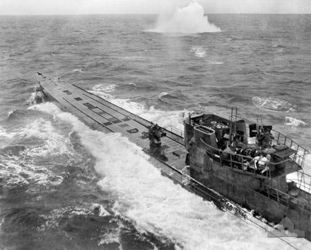 Submarine_attack_(AWM_304949)