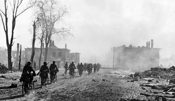 Army-Group-North-cyclist-column-of-German-soldiers-entering-Novgorod-Aug-1941-01