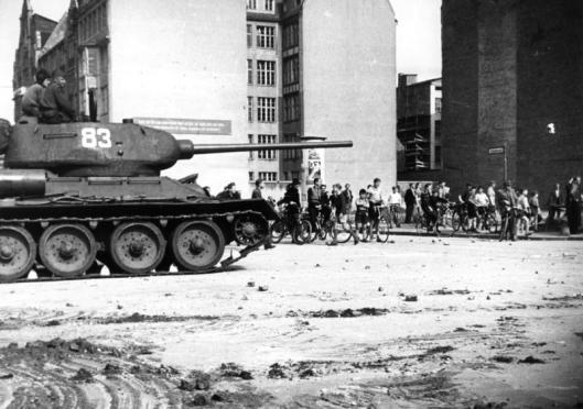 17. Juni 1953 Aufstand im Sowjet-Sektor von Berlin Nach dem Tode Stalins griff der Wille zur Selbstbestimmung über das staatliche und persönliche Leben und über die Freiheit der Persönlichkeit auf die Menschen des gesamten sowjetzonalen Sektors Deutschlands über. Die Bevölkerung im Sowjetsektor Berlins glaubte die Stunde der Freiheit sei für sie gekommen. Man ging auf die Straßen und proklamierte das Recht auf Freiheit und Selbstbestimmung. Der Aufstand wurde durch sowjetische Truppen zusammengeschlagen Von der sowjetischen Besatzungsmacht eingesetzte Panzer zur Niederschlagung der Unruhen in der Schützenstrasse.