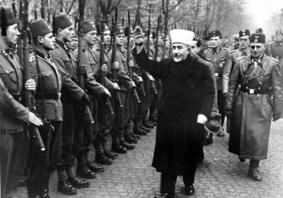 Der Großmufti von Jerusalem [Amin al Husseini] bei den bosnischen Freiwilligen der Waffen-SS. Der Großmufti ist auf dem Truppenübungsplatz ein[getroffen] und schreitet die Front der angetretenen Freiwilligen mit erhobenem Arm ab.