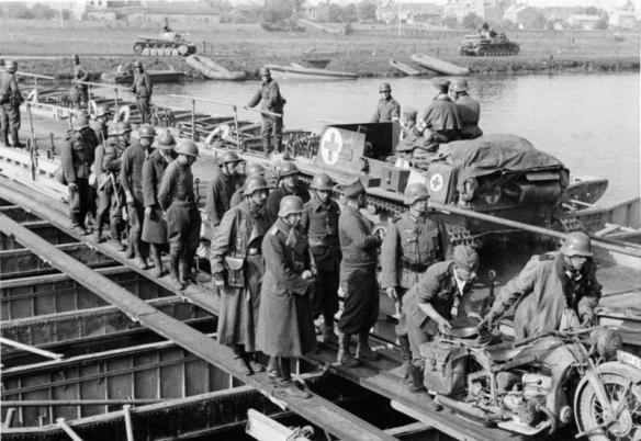 M108/9 14.5.1940 1. Panzer Reg. geht auf Pontonbrücke in Floing über die Maas, bei Sedan  [Heeresfilmstelle Spandau-Ruhleben]
