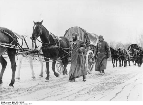Rußland - bei Targowi Sawod Vormarsch unserer Truppen durch die Winterlandschaft vor Moskau. Die Wege sind gefroren und trotz der Kälte geht es leicht vorwärts. Kriegsberichter Cusian 21.11.41 10322-41