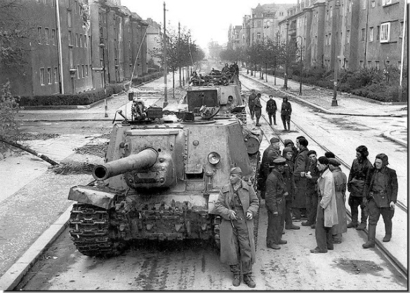 soviet-ISU-122 self-propelled-guns-street-berlin-may-1945