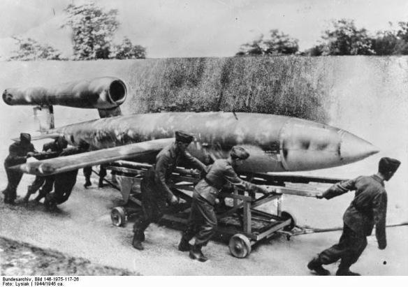 Bundesarchiv_Bild_146-1975-117-26,_Marschflugkörper_V1_vor_Start