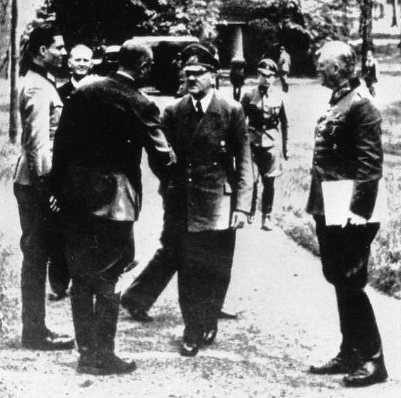 Bundesarchiv_Bild_146-1984-079-02,_Führerhauptquartier,_Stauffenberg,_Hitler,_Keitel_crop