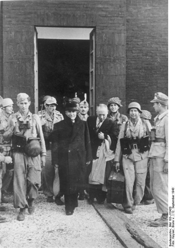 AVZ Der Duce, geleitet von seinen Befreiern, verlässt sein Gefängnis. Achtung! PK-Aufnahme! Bei Abdruck nennen: PK-Aufnahme, Kriegsberichter von Kayser (Sch) 17.9.43, J15420
