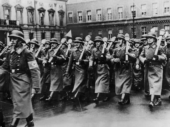 german_volkssturm_marching_with_panzerfausts_in_berlin_1944