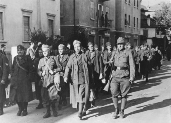 II. Weltkrieg 1939 - 1945 Entwaffnete Badoglio-Einheiten in den Straßen der Stadt Bozen. In Norditalien hatte der Verräter, Marschall Badoglio, zahlreiche Verbände des italienischen Heeres stationiert, um im gegebenen Augenblick den im Süden kämpfenden deutschen Truppen in den Rücken fallen zu können. Aber durch das schnelle Handeln der deutschen Führung wurde diese verbrecherische Absicht zunichte gemacht und die italienischen Truppen, die nur kurzen oder meist gar keinen Widerstand leisteten, zur Waffenstreckung gezwungen, so weit sie sich nicht an das deutsche Heer anschlossen.  UBz: Die ersten entwaffneten italienischen Einheiten marschieren durch die Straßen der Stadt Bozen, nur von wenigen deutschen Soldaten bewacht, ins Sammellager. PK-Kriegsberichter Rieder, Scherl 11.9.43 [Herausgabedatum]