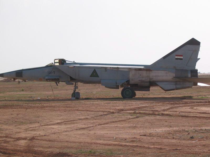 كيف اعاد العراق تكوين طياريه المقاتلين بعد غزو العام 2003 ؟ Mig25-77